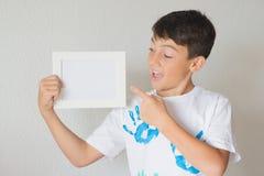 Kerl mit einem Weißbuch Stockbild