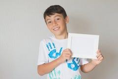 Kerl mit einem Weißbuch Lizenzfreies Stockbild