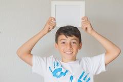 Kerl mit einem Weißbuch Stockfotografie