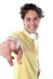 Kerl mit Kopfhörern zeigend auf Sie Lizenzfreies Stockfoto