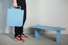 Kerl mit Metallplatte und blauem Stand Stockfotos