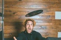 Kerl mit Musiksturzhelmen und Vinyl in seinen Händen stockbilder