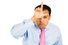 Kerl mit Verliererzeichen auf Stirn lizenzfreie stockfotografie