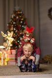 Kerl nahe Weihnachtsbaum lizenzfreie stockfotos