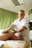 Kerl schultert Massage stockbild