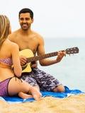 Kerl spielt Gitarre für Freundin Stockbild
