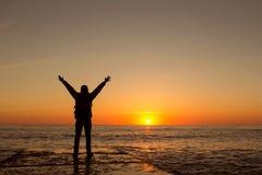 Kerl trifft den Sonnenaufgang lizenzfreies stockfoto