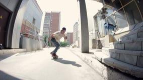 Kerl tut den Trick mit Treppe auf einem Skateboard stock video