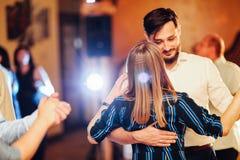 Kerl und das Mädchen tanzen an der Hochzeit stockfotografie