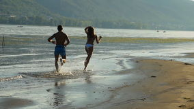 Kerl und Mädchen auf dem Fluss stock footage