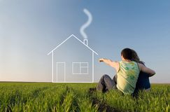 Kerl und Mädchen auf dem Gebiet und den Träumen über Haus lizenzfreies stockbild