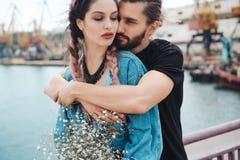 Kerl und Mädchen auf Pier stockbilder