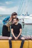 Kerl und Mädchen auf Pier lizenzfreie stockbilder