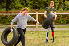 Kerl und Mädchen, die mit einem Reifen trainieren Stockfoto