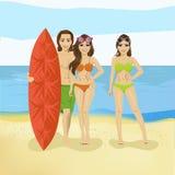 Kerl und zwei Mädchen mit Surfbrett auf dem Seeozean setzen auf den Strand Lizenzfreies Stockbild