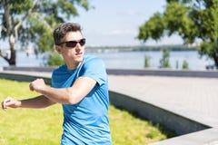 Kerl wärmt im Park auf Lizenzfreie Stockfotos