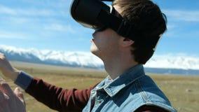 Kerl in Wüste tragenden vr Gläsern, die in Pixel 20s 4k sich auflösen stock video footage