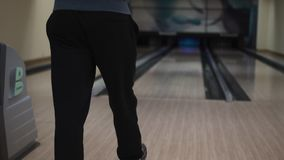 Kerl wirft eine Bowlingkugel stock footage
