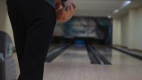 Kerl wirft eine Bowlingkugel stock video