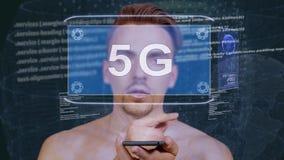 Kerl wirkt HUD-Hologramm 5G aufeinander ein stock video