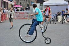 Kerle, die auf moderne Fahrräder fahren Lizenzfreie Stockfotografie