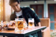 Kerle, die in einer einsamen Nacht trinken lizenzfreies stockfoto