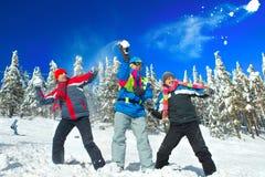 Kerle, die Schneeballkampf haben Stockfoto