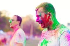 Kerle feiern holi Festival lizenzfreie stockfotografie