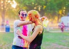 Kerle mit einem Mädchen feiern holi Festival Lizenzfreie Stockfotografie