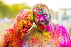 Kerle mit einem Mädchen feiern holi Festival Lizenzfreies Stockfoto