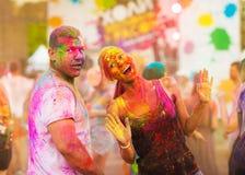 Kerle mit einem Mädchen feiern holi Festival Stockfoto