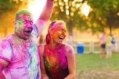 Kerle mit einem Mädchen feiern holi Festival Stockfotografie