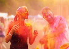 Kerle mit einem Mädchen feiern holi Festival Lizenzfreie Stockfotos