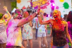 Kerle mit einem Mädchen feiern holi Festival Lizenzfreies Stockbild