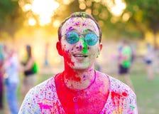 Kerle mit feiern holi Festival lizenzfreie stockfotos