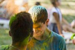 Kerle schlagen sich färbten Pulver Stockbilder