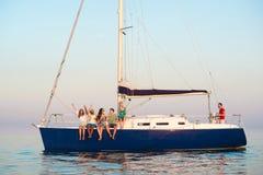 Kerle und Mädchen schießen selfie auf einer Yacht Lizenzfreie Stockfotos