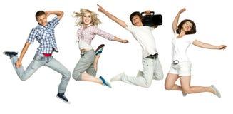 Kerle und Mädchen springen Lizenzfreies Stockbild