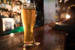 Kerlfreunde, die Bier auf dem Hintergrund trinken Volles halbes Liter Bier im Fokus stockbilder