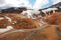 Kerlingarfjoll die geothermischen Berge unter einem blauen und bewölkten Himmel lizenzfreies stockbild