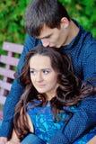 Kerlküsse und -umarmungen seine Freundin Lizenzfreies Stockfoto