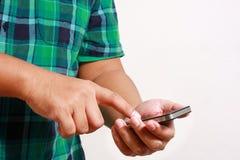 Kerlpresse das Telefon, zum mit des weißen Hintergrundes in Verbindung zu treten lizenzfreies stockbild