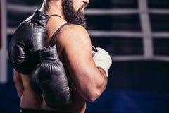 Kerlrückseite in Richtung zur Kamera, Paar Boxhandschuhe über seiner Schulter lizenzfreie stockfotografie