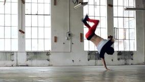 Kerltanzen breakdance in der alten Halle stock video footage