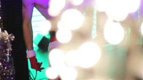 Kerltanzen in einem Nachtklub stock footage