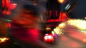 Kermisterrein bij nacht in stad stock video