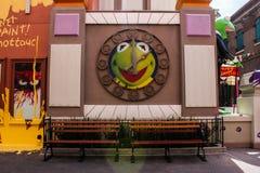 Kermit grodaklockan på Hollywood studior royaltyfria bilder