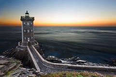 在日落,布里坦尼,法国以后的Kermorvan灯塔 库存照片