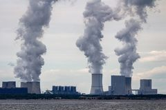 Kern elektrische centrale op de kust De rampenconcept van de ecologie royalty-vrije stock afbeelding