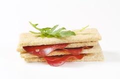 Kernachtig brood met gerookt rundvlees royalty-vrije stock foto's